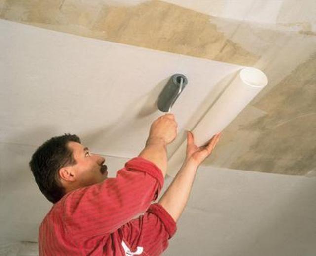 приклеивание обоев на потолок