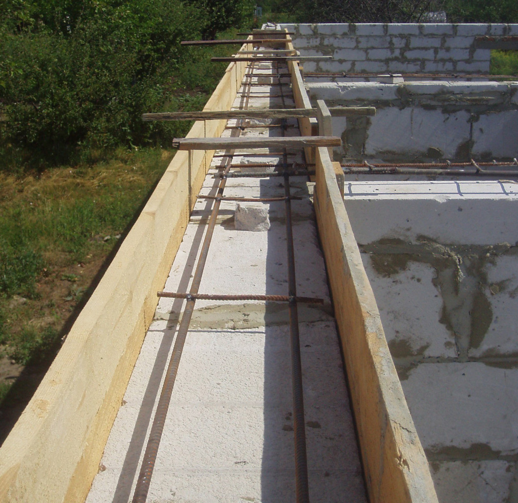 Опалубка и арматура для обвязочного пояса из бетона