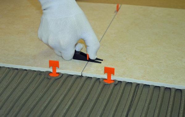 Фиксирование зажимов клиньями. При аккуратном подходе можно обойтись без специальных инструментов.