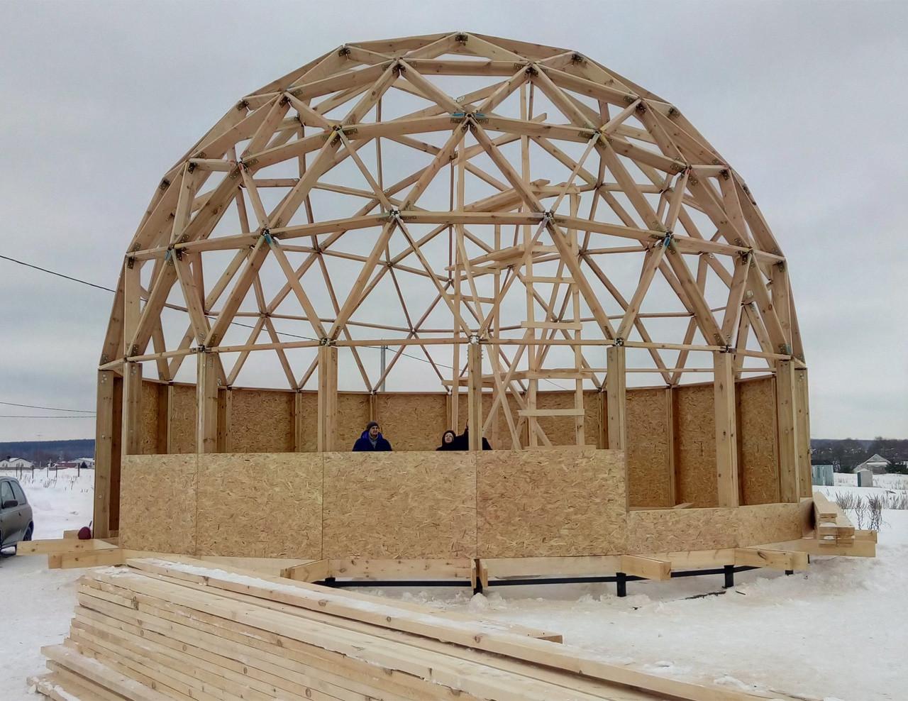 дом с геодезической купольной крышей