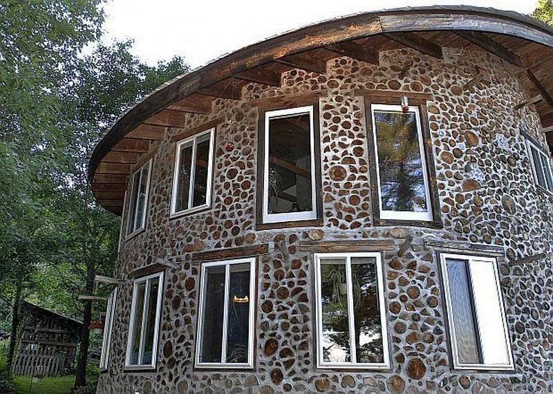 круглый дом из дров и глины