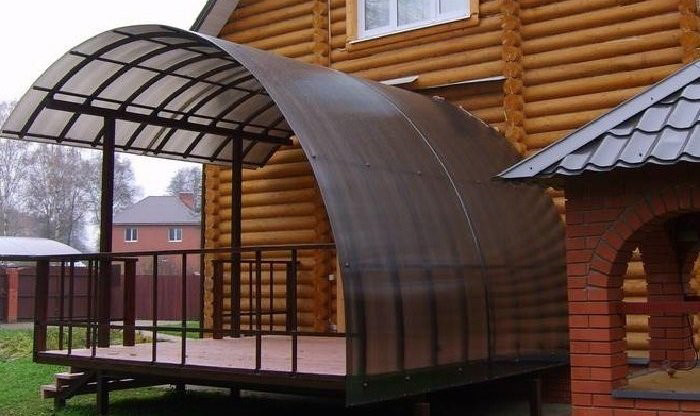 крыльцо для дома, собранное из сотового поликарбоната