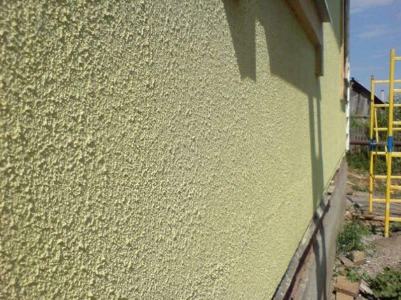 покрашенная стена с рельефом