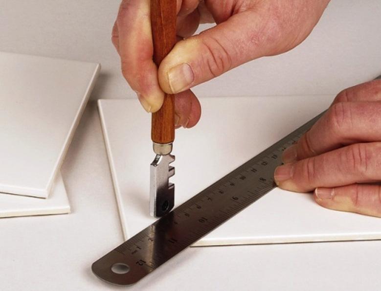 резка кафельной плитки стеклорезом