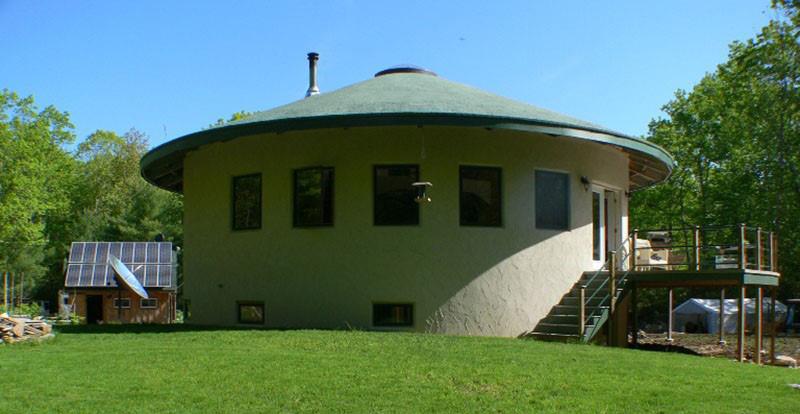 цилиндрический дом с конусной крышей