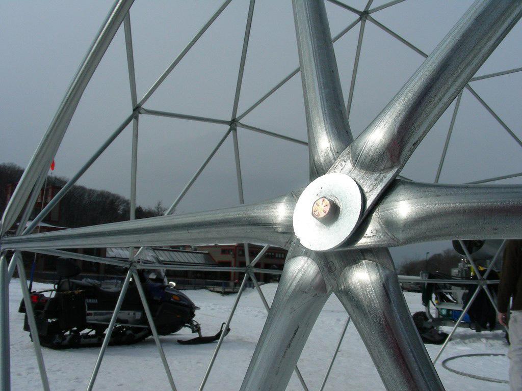 соединение в куполе из железных труб