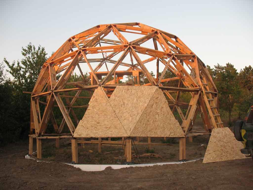 строительство купольного дома с деревянным каркасом, обшитым OSB плитами