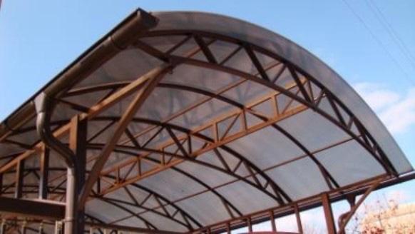 навес с использованием металлических арочных стропил