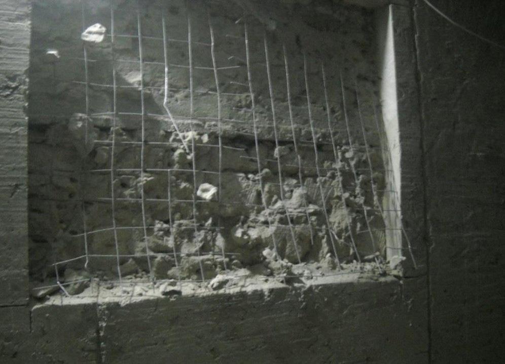 процесс вырубке бетона при сооружении проёма в фундаменте